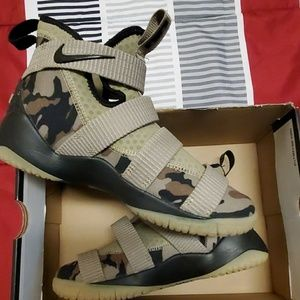 NIKE LBJ Shoes - BOY'S 6Y SHOES